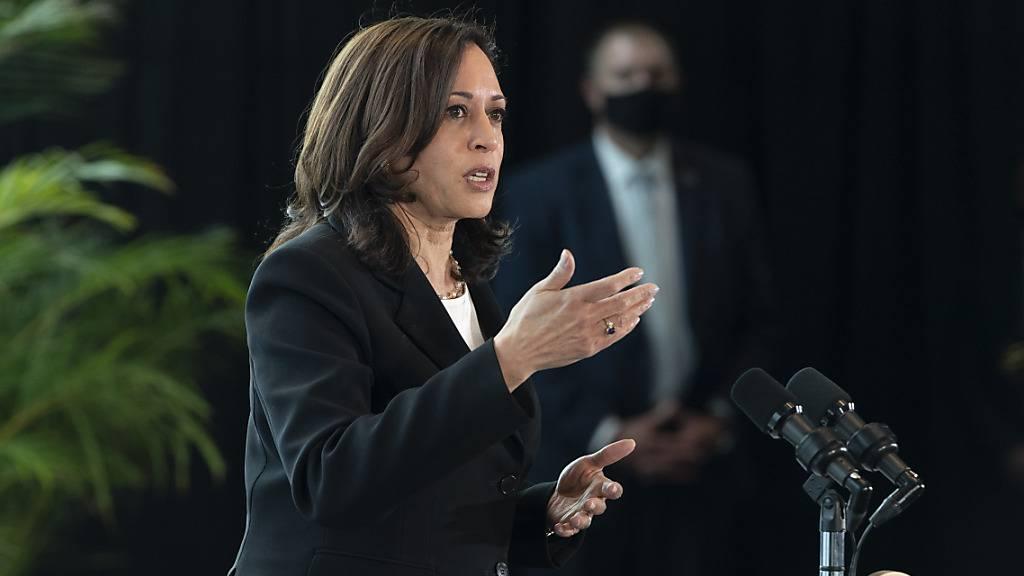 Kamala Harris, Vizepräsidentin der USA, spricht zu den Medien. Foto: Jacquelyn Martin/AP/dpa