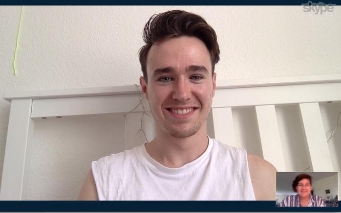 Die Zähne so weiss wie sein Hemd – Tim Hunziker passt die Rolle des Boygroup Boys gut
