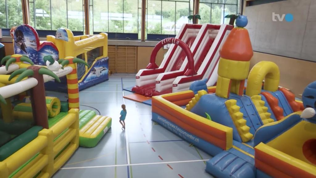 Schlechtwetterprogramm: Grösster Hüpfburgenpark zieht in Turnhalle