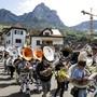 Rund 300 Sousaphon-Bläserinnen und Bläser zogen mit ihren Instrumenten von Schwyz in Richtung Brunnen.