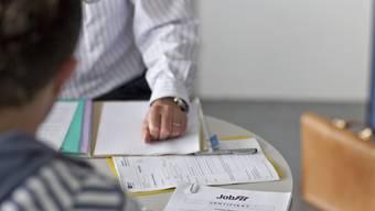Ein RAV-Mitarbeiter berät einen jungen Arbeitslosen. Das soll weiterhin auch bei der Pforte in Menziken möglich sein.