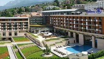 Das Hilton Hotel in Evian, so, wie es sich bei weniger verregnetem Wetter präsentiert.