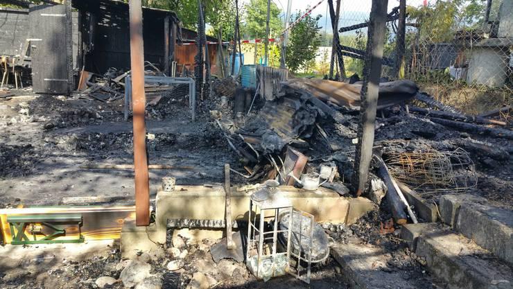 Am Tag nach dem Feuer zeigt sich in der Schrebergartenanlage ein Bild der Verwüstung.