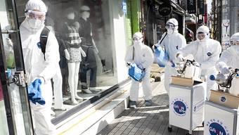 Desinfektion mit Spray am Donnerstag in Seoul - grösster Herd des Coronavirus ausserhalb von China ist weiterhin Südkorea. Die Zahl der Infektionen stieg auf fast 1600. Zwölf Menschen starben.