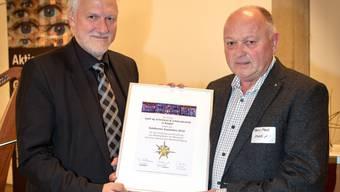 Preisverleihung: Regierungsrat Peter Gomm ehrt Firmenchef Hans Marti.