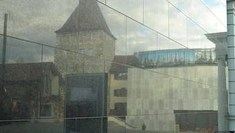 Alt und Neu vereint: Das Aarauer Stadtmuseum spiegelt sich in der Fassade des Kultur- und Kongresshauses – und in den Aarauer Neujahrsblättern 2016