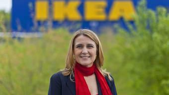IKEA-Schweiz-Chefin Simona Scarpaleggia vor dem Einrichtungshaus in Spreitenbach ZH: Die Schweizer Gesellschaft des Möbelriesen leidet unter dem starken Franken (Archivbild).