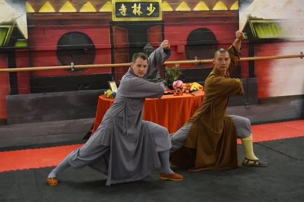 Der Leiter der Swiss Chinese Kungfu School Urdorf Roger Müller mit Shaolinmoench Meister Shi Yan Ti