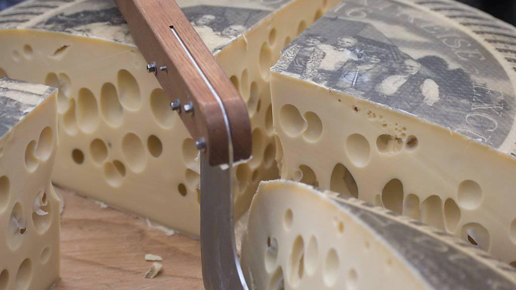 Nicht nur in der Schweiz, auch im Ausland findet der Emmentaler-Käse Anklang (Archivbild).