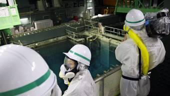 Kamerateam bei Ausklingbecken des Reaktors 4 in Fukushima (Archiv)
