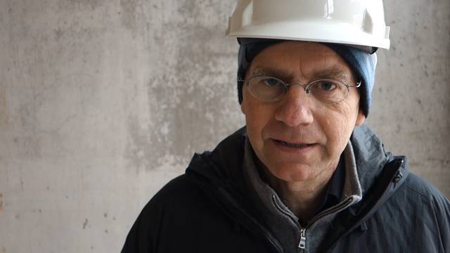 Jürg Bischof  von Bauverwaltung Wettingen sagt, was es noch passieren muss, bis im Zehntenhof-Neubau 400 Schüler einziehen können.