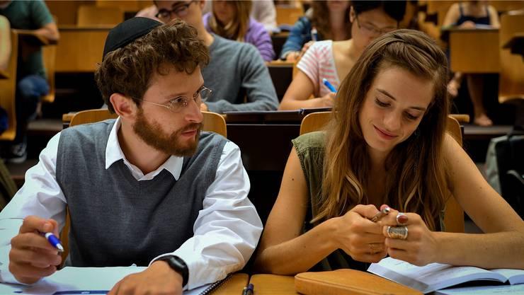 Im Film «Wolkenbruch» verliebt sich der junge Jude Motti (Joel Basman) in die Nichtjüdin Laura (Noémie Schmidt).