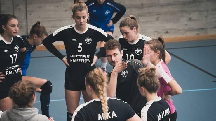 Trainer Moritz Fischer und seine Spielerinnen vom VBC Kanti Baden steigen in die NLB auf.