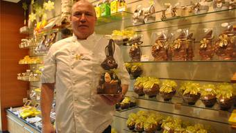Richard Graf mit einem Exemplar des Schoggihasen «Schmunzel». Dieser verkauft sich in diesem Jahr besonders gut. nbo