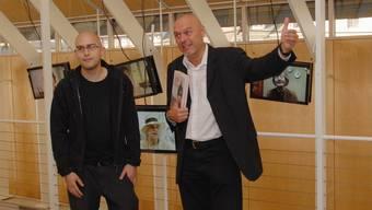 Heinz Nigg (rechts) und Kameramann Martin Anner. Auf den Monitoren Attila Herendi und Anne Marie Höchli-Zen Ruffinen.