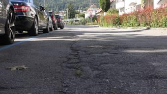 Die erwähnten Mängel beim Unterhalt der Grenchner Strassen sind vor allem bei der Schulstrasse (in der Rechtskurve bei den Parkplätzen) zu beobachten.