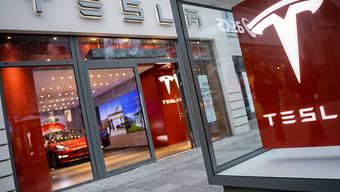 Der Autobauer Tesla hat im abgelaufenen Geschäftsquartal deutlich weniger Fahrzeuge an Kunden ausgeliefert als im Vorquartal. (Archivbild)