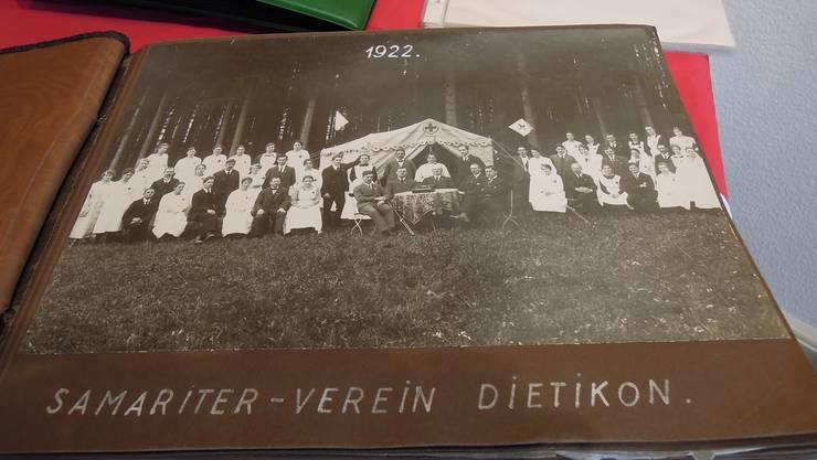 Unter den Erinnerungsstücken befindet sich auch ein uraltes Fotoalbum mit Aufnahmen des Vereins