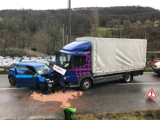 Duggingen BL, 17. Februar: Frontalkollision zwischen einem Personenwagen und einem Lastwagen. Die unfallverursachende Person wurde schwer verletzt.