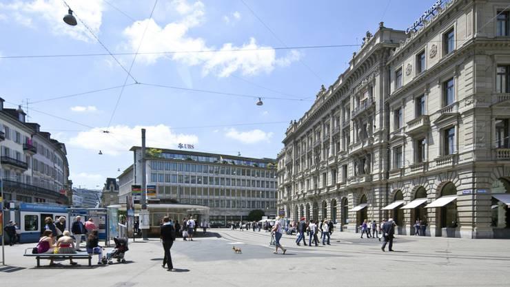 Paradeplatz in Zürich, im Hintergrund der Sitz der UBS und vorne rechts jener der Credit Suisse.