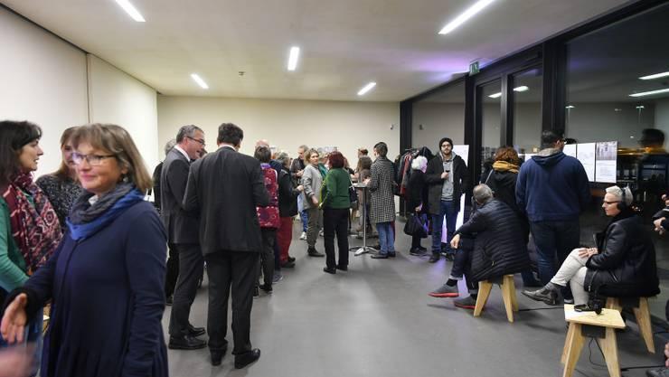Der Publikumsandrang an der Vernissage von Verschiebungen 18-18 im Grenchner Kunsthaus war erstaunlich gross.