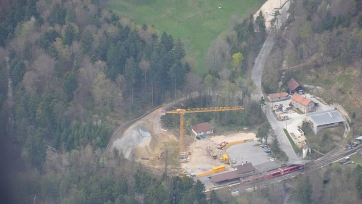 Was von oben wie eine normale Baustelle aussieht, ist aus der Nähe ziemlich beeindruckend: Der Aushub für die Talstation in Oberdorf ist abgeschlossen.