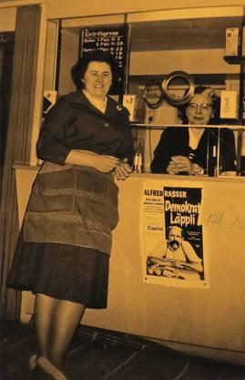 Frieda Wörner (l.) und Mutter Wörner an der Kinokasse.