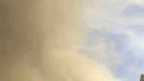 Der Rauch war weitherum zu sehen (Symbolbild)