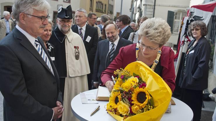 Die Reutlinger Oberbürgermeisterin Barbara Bosch, links Stadtammann Guignard, unterschreibt im Goldenen Buch der Stadt Aarau. Jiri Vurma