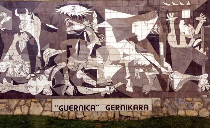 Kopie von Picassos «Guernica» am Strassenrand. Bild: Getty