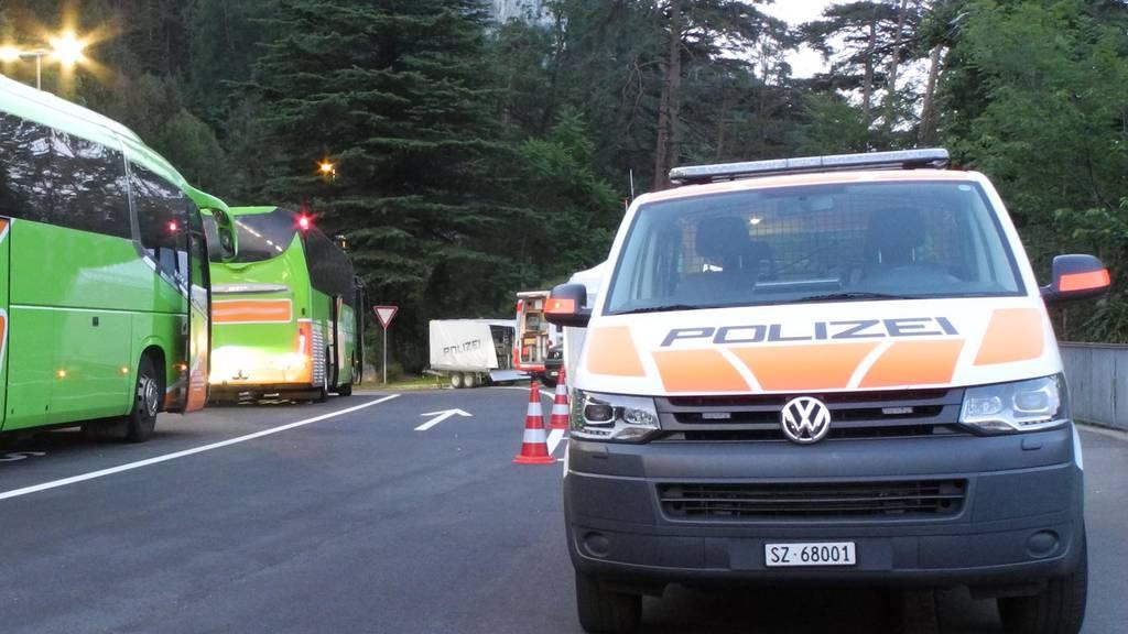 Bei einer Verkehrskontrolle wurden auch mehrere Flixbusse unter die Lupe genommen.