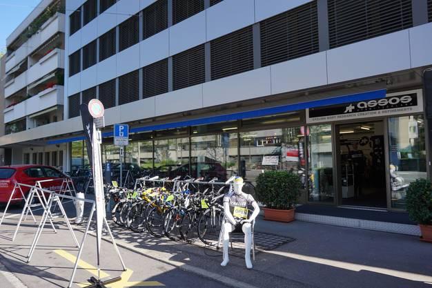 Das Radrennsportgeschäft von Aldo Schaller befindet sich in der Nähe der Tour-de-France-Strecke.