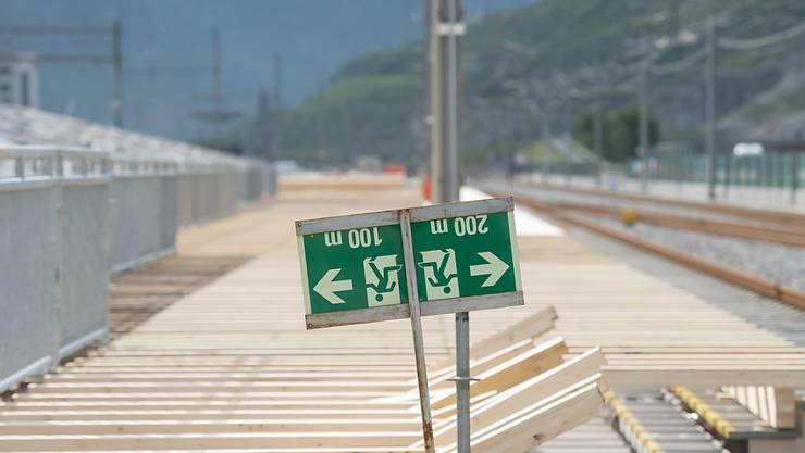 Der Countdown läuft: Blick auf das Gelände bei den Aufbauarbeiten für die Gotthard-Eröffnung am Festplatz in Pollegio TI.