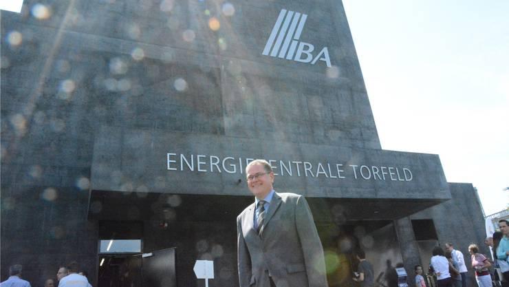 Hans-Kaspar Scherrer vor der Energiezentrale Torfeld, die gestern eingeweiht wurde.