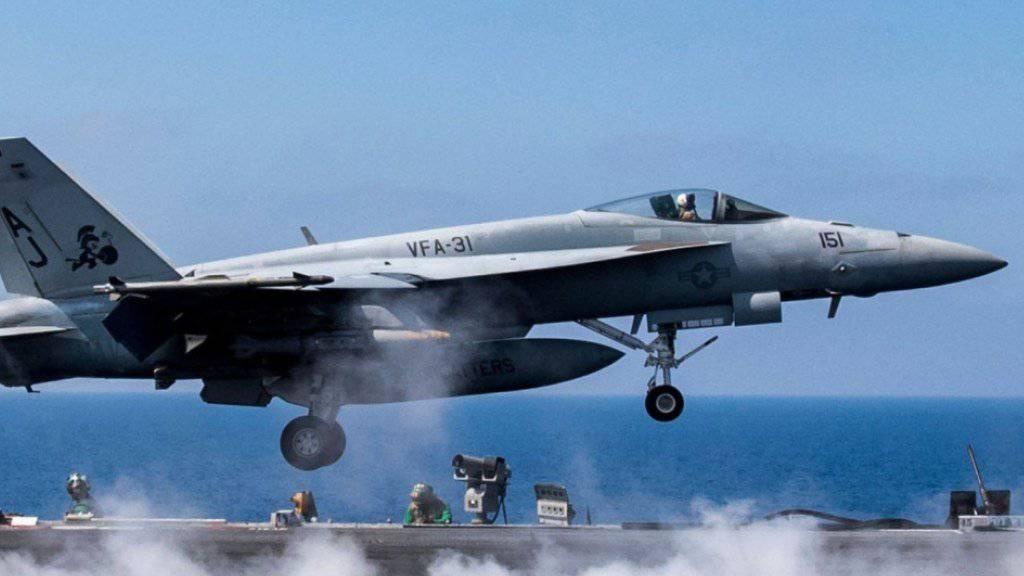 Ein US-Kampfjet des Typs F/A-18E schiesst bei al-Rakka einen syrischen Kampfjet ab. (Archivbild)