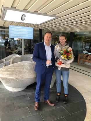 In den ersten 10 Tagen registrierte das Bad bereits 20'000 Besucher. Für Geschäftsführer Dominik Keller Anlass genug, sich bei Badegast Ginette Reimann (-Widmer) mit einem Blumenstrauss zu bedanken.