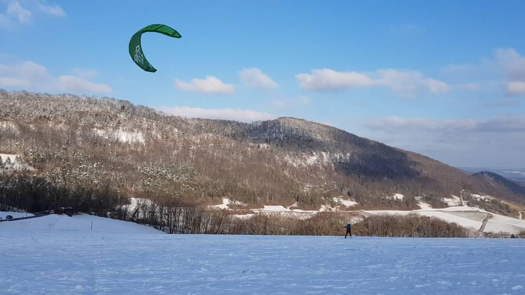 Snowkiter auf der Staffelegg am eisigen Schnee-Wochenende vom 10. Januar 2021