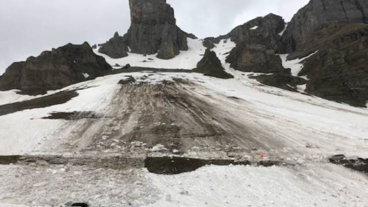 Ein Schneerutsch hat am Pfingstsonntag am Klausenpass zwei Autos mitgerissen.