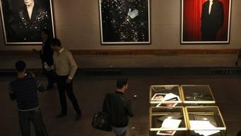 Drei der vier grossen Portäts - das Foto links erzielte den höchsten Preis