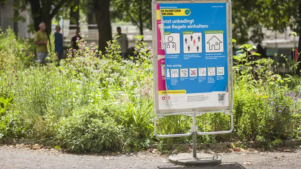 Mit der Informationskampagne «So schützen wir uns» will das Bundesamt für Gesundheit die Coronapandemie in der Schweiz eindämmen.