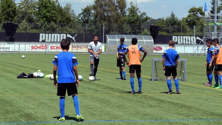 Selcuk Sasivari (im weissen Shirt) fordert während des Trainings viel von seinen Spielern.