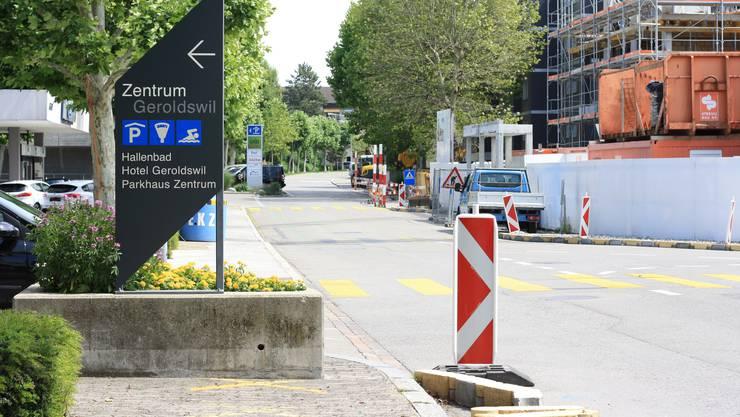 Die Huebwiesenstrasse ist zwischen Gemeindehaus- und Poststrasse bald nur Richtung Weiningen befahrbar.