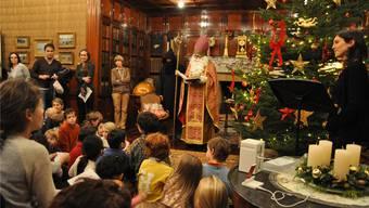 Der Samichlaus erzählte den Kindern in der Bibliothek der Langmatt von der Familie Brown. aeb