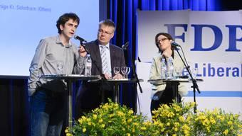 FDP-Kantonalpräsident Christian Scheuermeyer hört Mike Bader (l.) zu, der gegen Anita Panzer und gegen das verschärfte Hooligan-Konkordat antrat.