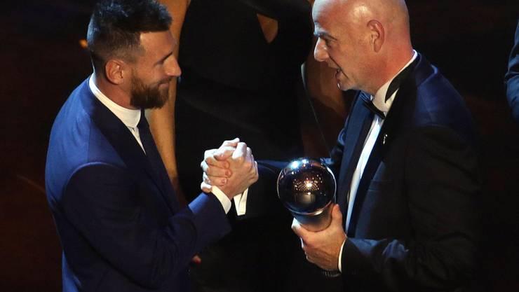 FIFA-Präsident Gianni Infantino überreicht Lionel Messi die Trophäe für den Weltfussballer 2019
