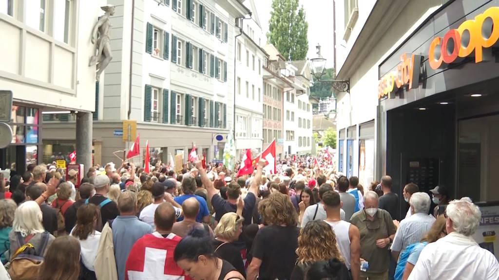 Schweizer Fahnen und keine Masken: Tausende Corona-Demonstranten ziehen durch Luzern