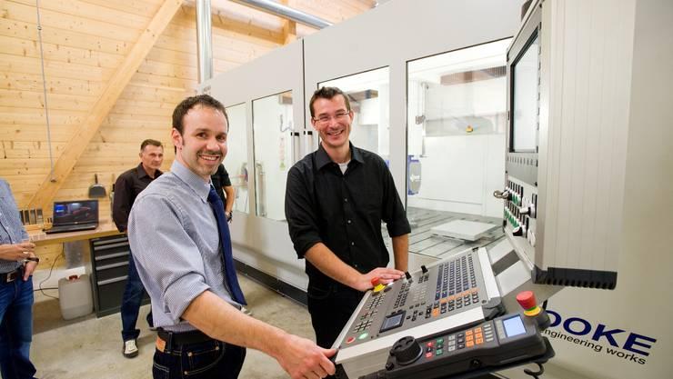 Jungunternehmer Patrick Müller (links) bei der Eröffnung seiner Firma Carbomill AG vor zwei Jahren. Inzwischen gehört der Rennstall Sauber zu seinen grössten Kunden.
