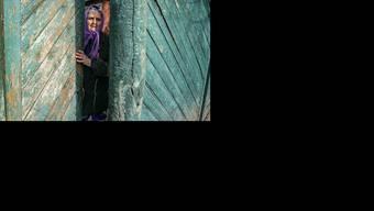 Nur noch wenige sind in den kriegszerrütteten Dörfern in der Ostukraine zurückgeblieben. (AP Photo/Evgeniy Maloletka)