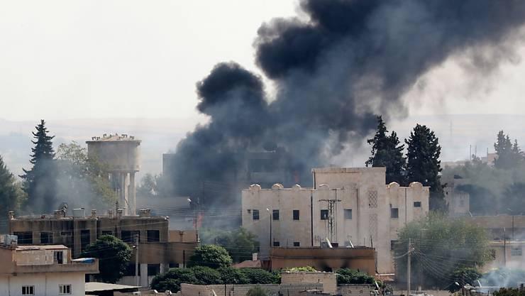 Rauch steigt auf über der syrischen Grenzstadt Ras al-Ain nach einem Luftangriff der türkischen Armee. (Archivbild)