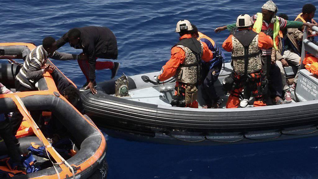 Die deutsche Bundeswehr bei einer Rettungsaktion im Mittelmeer im Mai 2015. (Archiv)